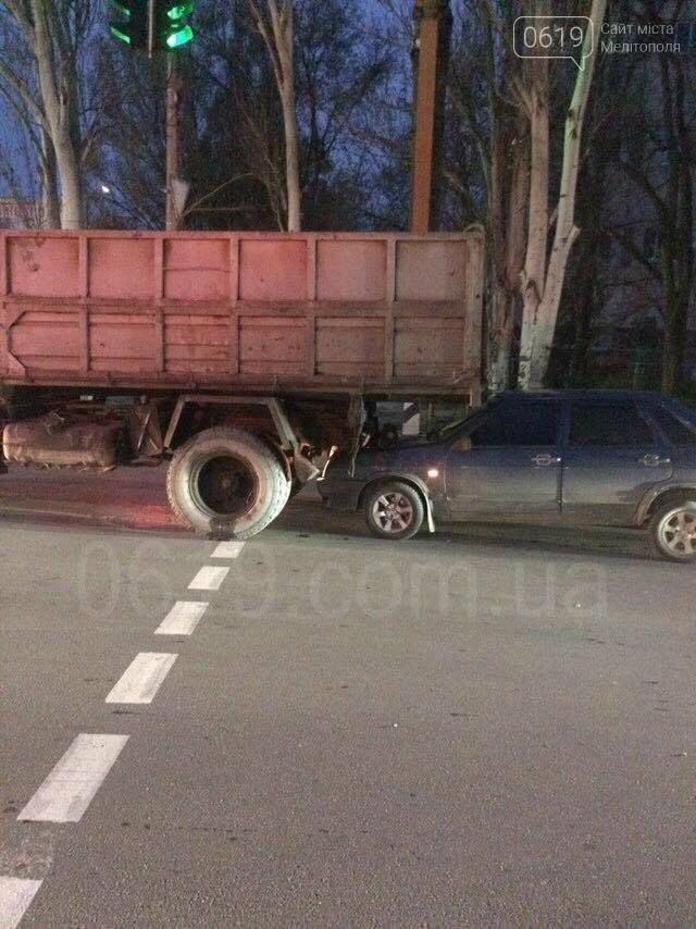 В Мелитополе столкнулись грузовик и ВАЗ, - ФОТО, фото-2