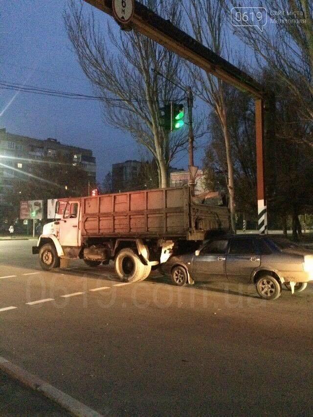 В Мелитополе столкнулись грузовик и ВАЗ, - ФОТО, фото-1