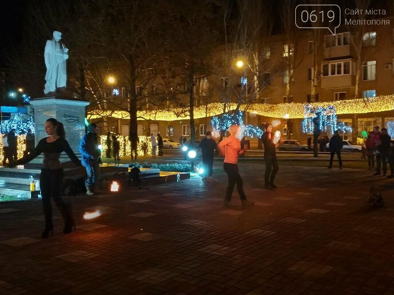 В центре Мелитополя устроили огненное шоу, фото-5, Фото сайта 0619