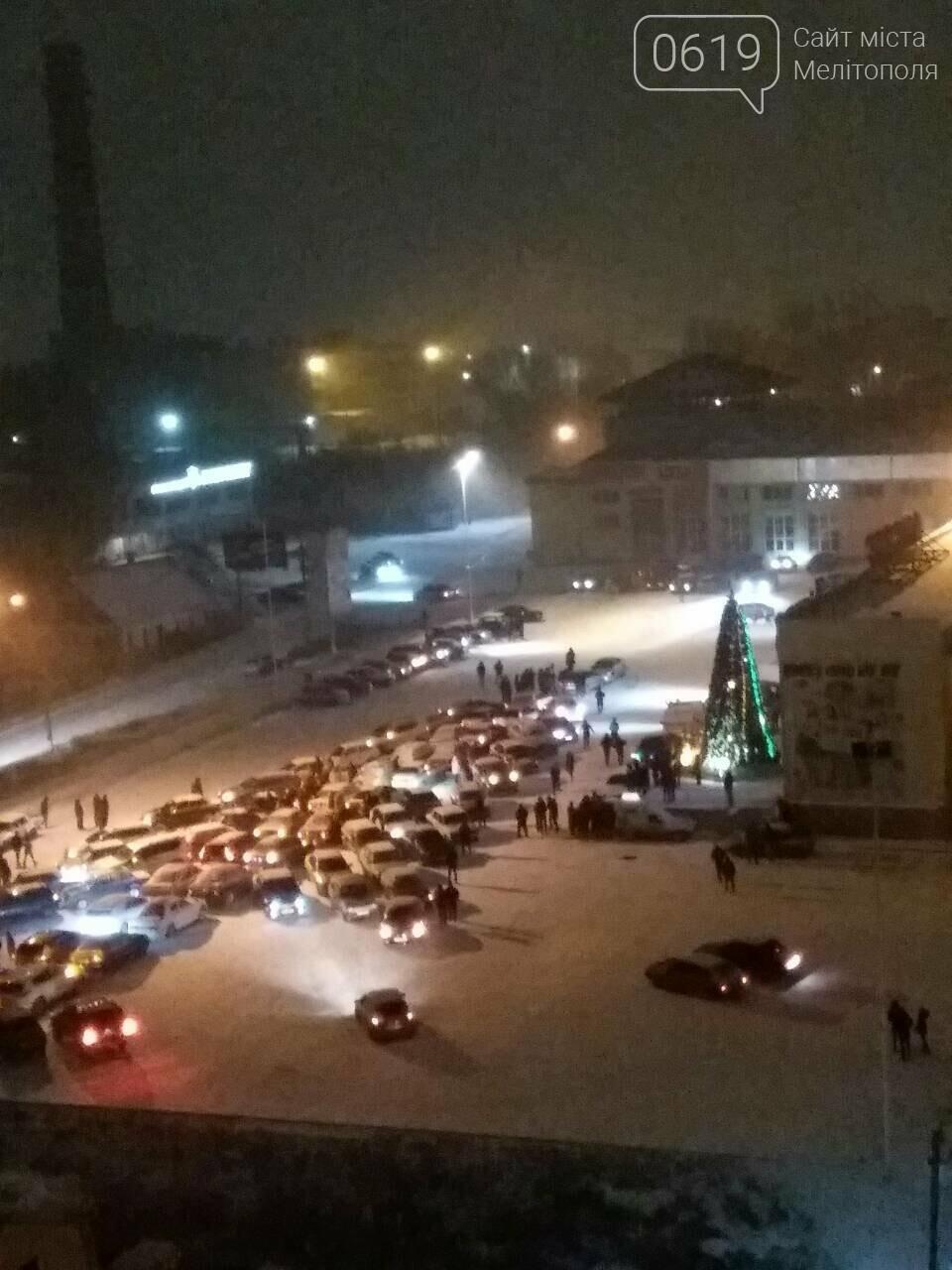 В Мелитополе собрали огромную елку из автомобилей, фото-2