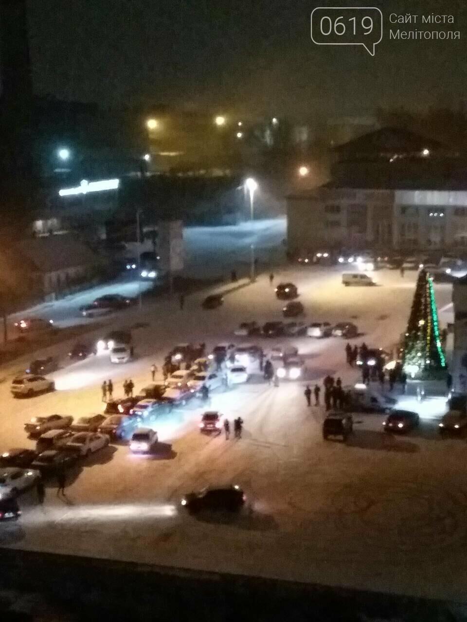 В Мелитополе собрали огромную елку из автомобилей, фото-1