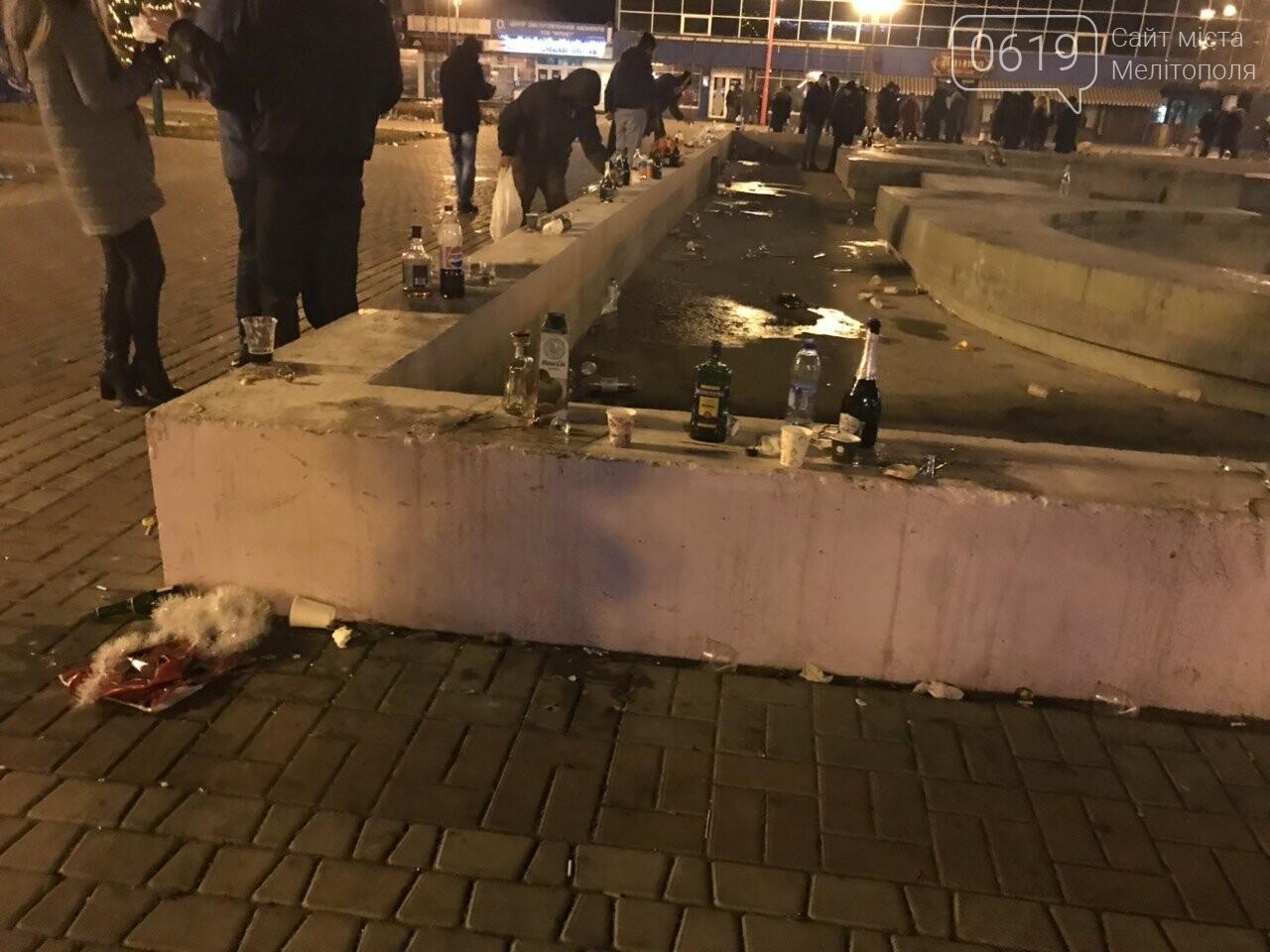 В новогоднюю ночь мелитопольцы превратили площадь в свалку, фото-4, Фото сайта 0619