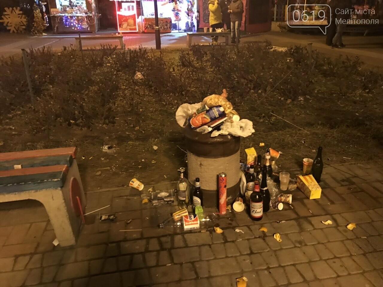 В новогоднюю ночь мелитопольцы превратили площадь в свалку, фото-3, Фото сайта 0619