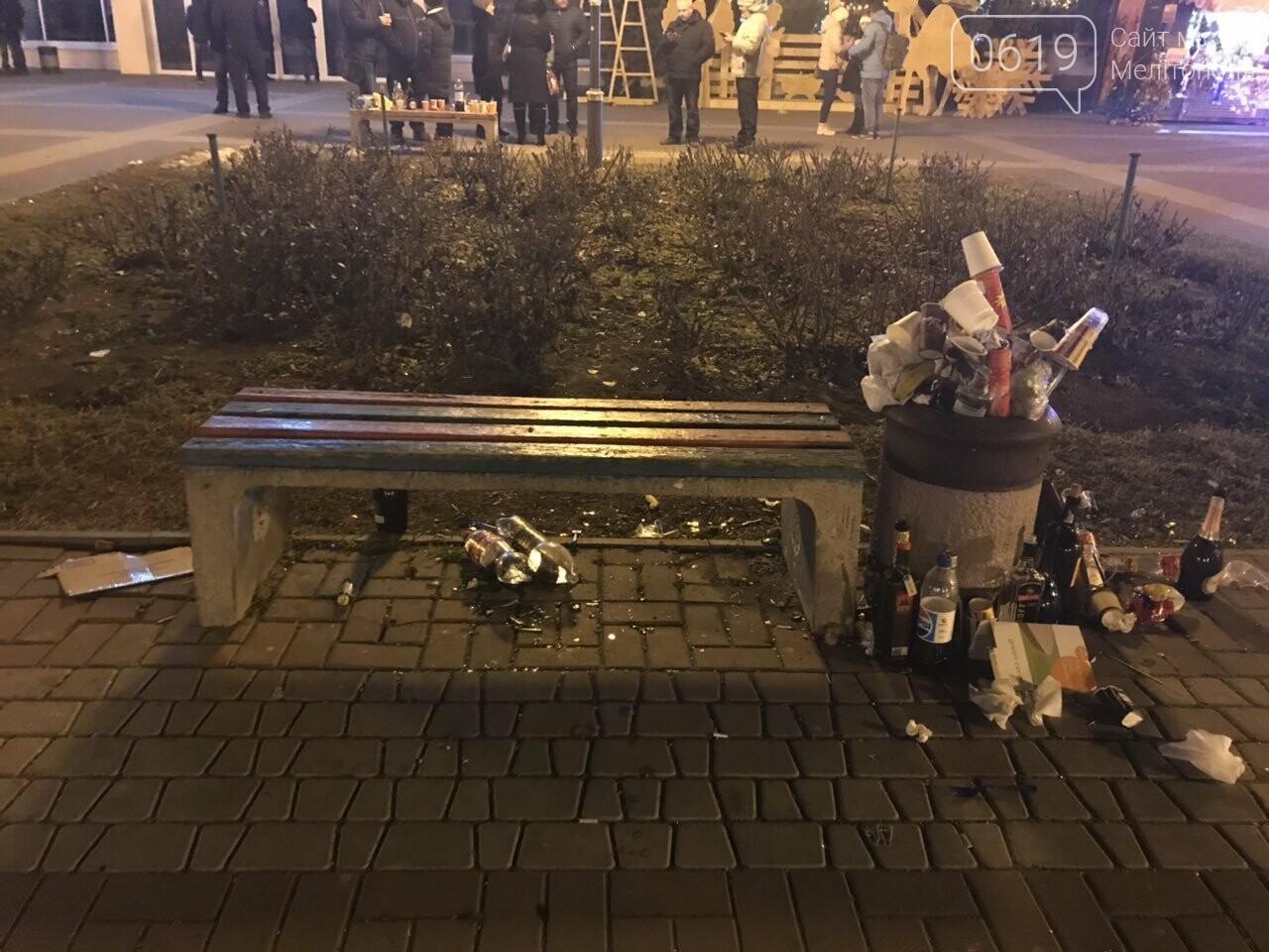 В новогоднюю ночь мелитопольцы превратили площадь в свалку, фото-2, Фото сайта 0619