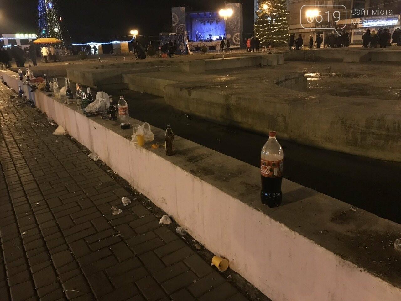 В новогоднюю ночь мелитопольцы превратили площадь в свалку, фото-1, Фото сайта 0619