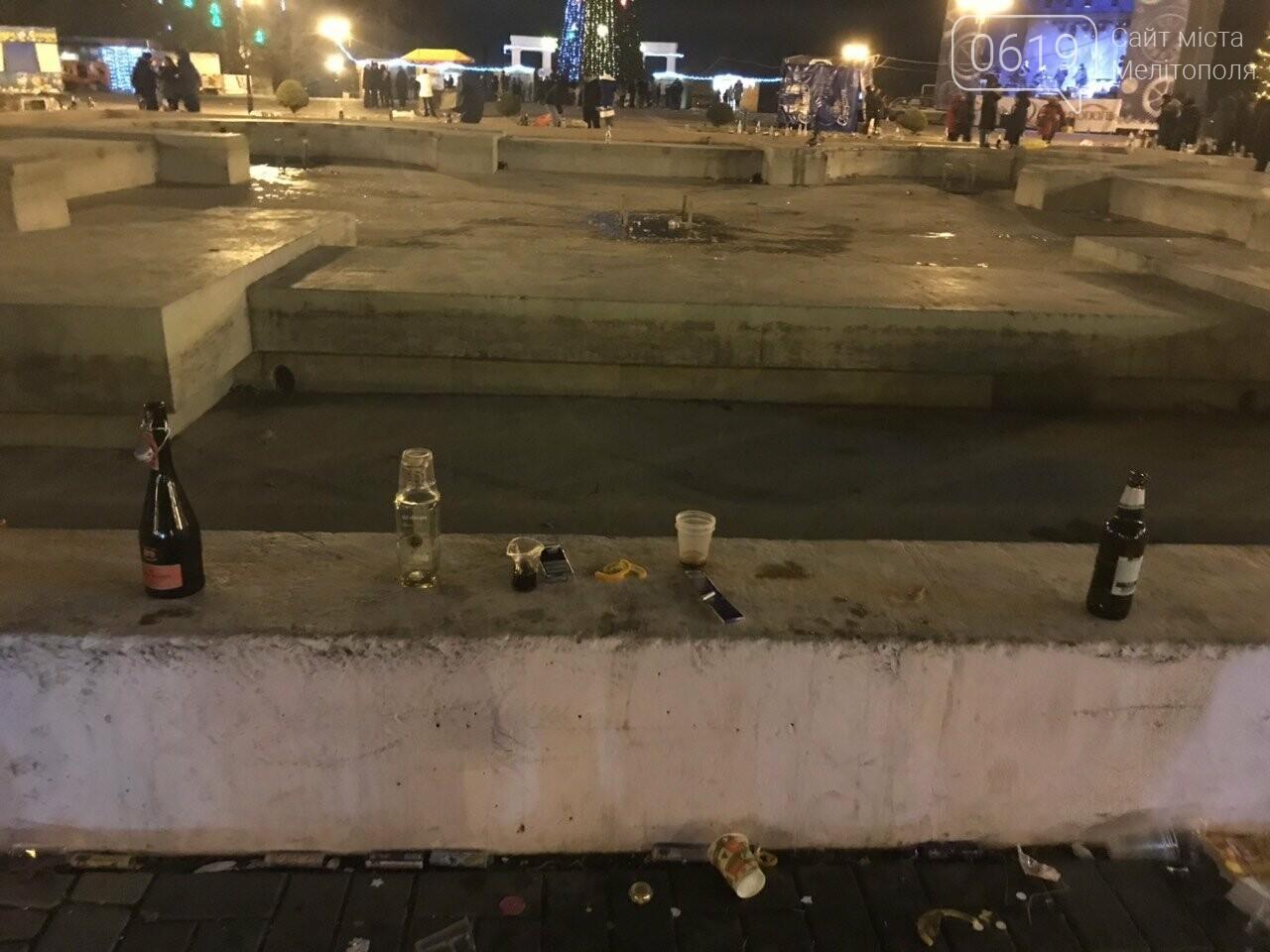 В новогоднюю ночь мелитопольцы превратили площадь в свалку, фото-5, Фото сайта 0619