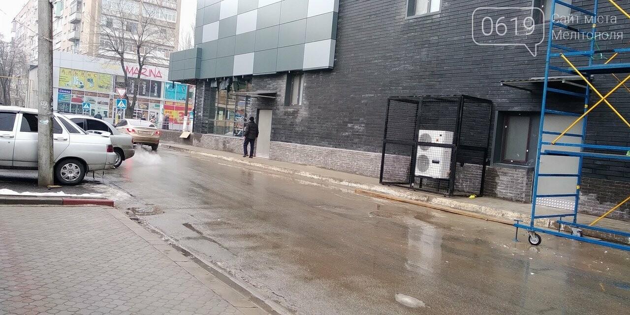 В Мелитополе кондиционеры АТБ полностью перегородили пешеходную зону, фото-1