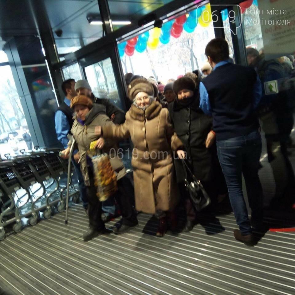 """Толпа мелитопольцев ворвалась в """"черный"""" АТБ, фото-1"""