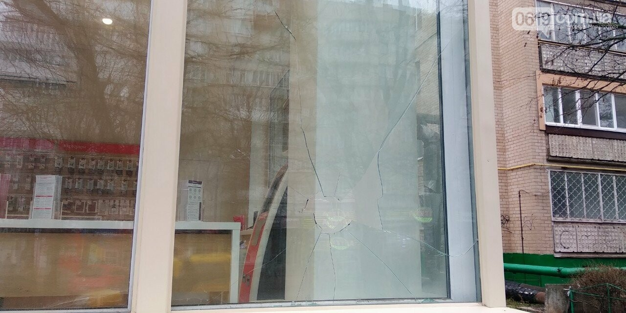 В Мелитополе разбили витрину магазина, фото-1