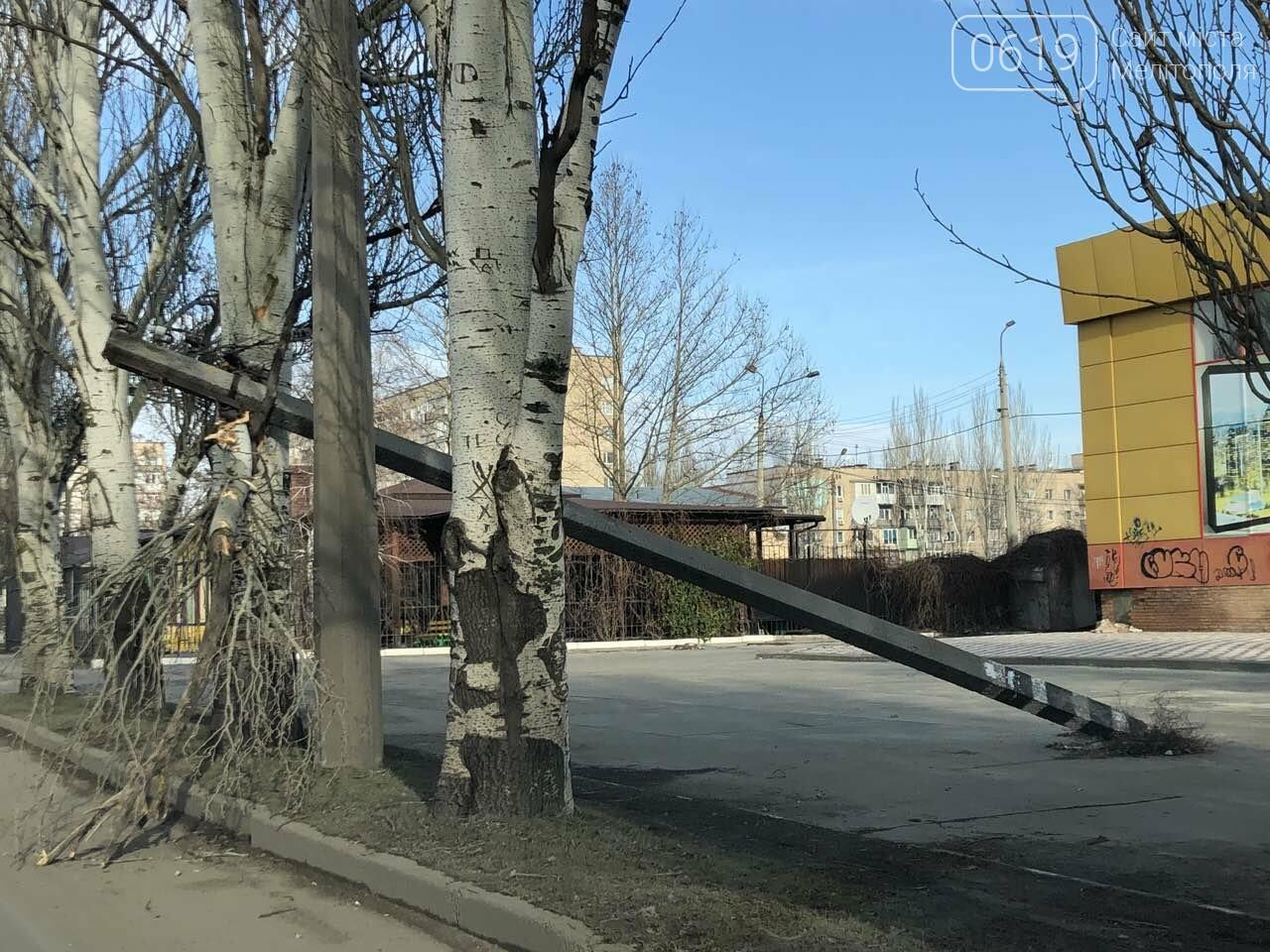 В Мелитополе коммунальщики второй день не убирают упавший столб , фото-1