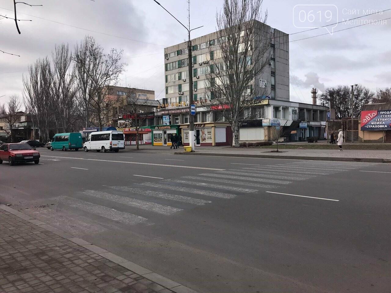 В Мелитополе недействующий пешеходный переход никак не могут убрать , фото-3