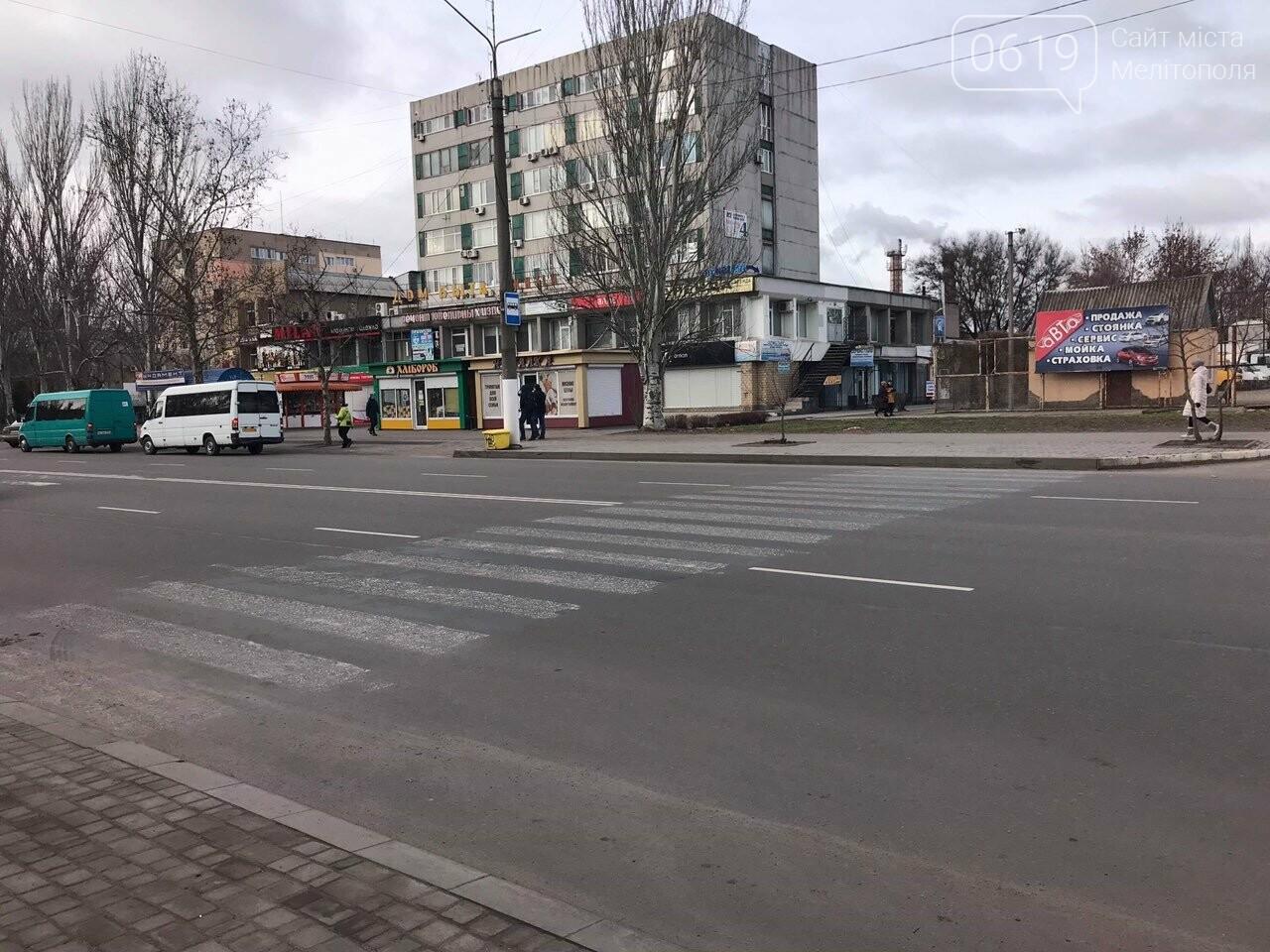 В Мелитополе недействующий пешеходный переход никак не могут убрать , фото-1