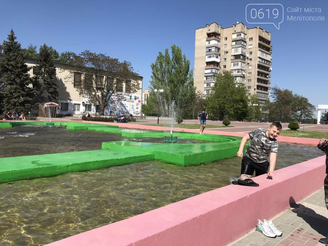 Мелитопольцы продолжают плавать в городском фонтане , фото-2, Фото сайта 0619