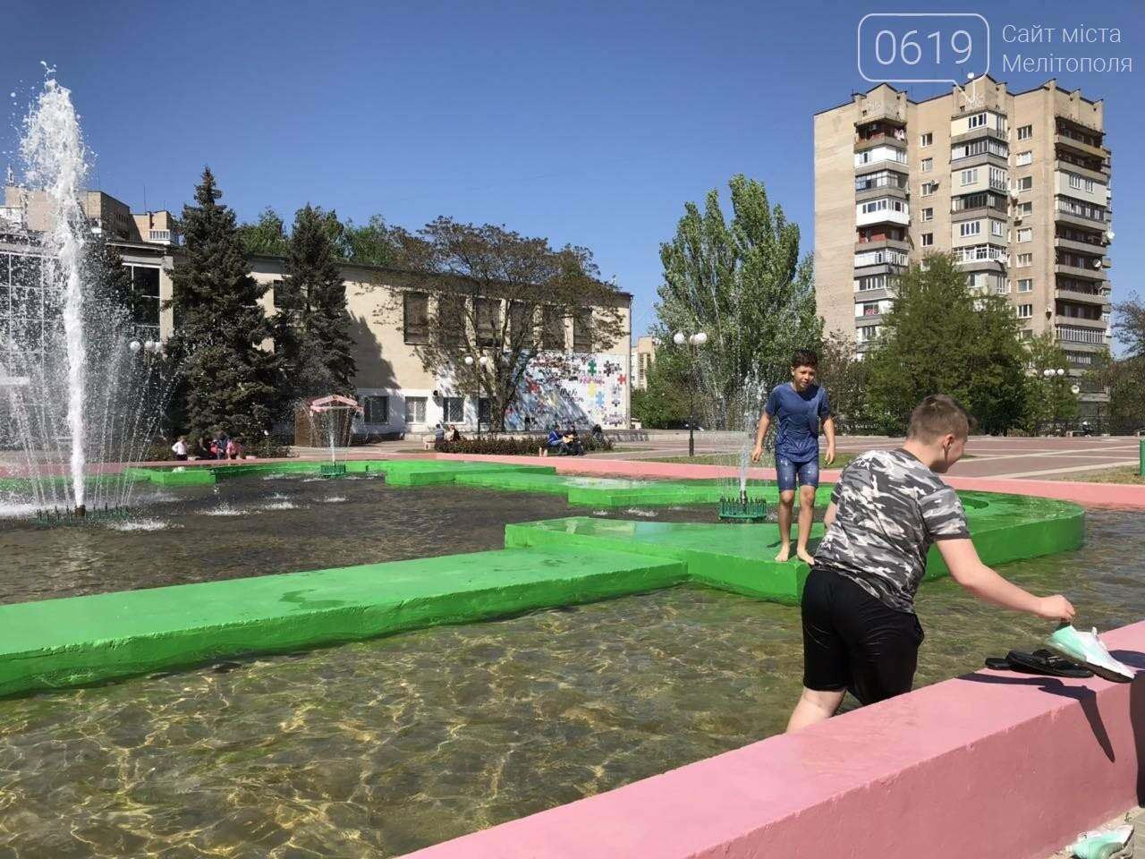 Мелитопольцы продолжают плавать в городском фонтане , фото-1, Фото сайта 0619