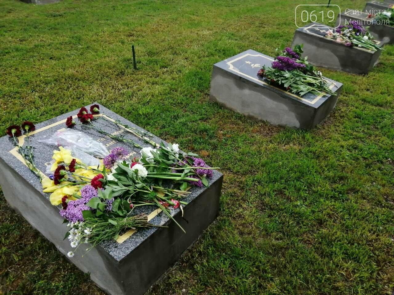 Мелитопольцы возложили цветы на Братском кладбище, фото-6