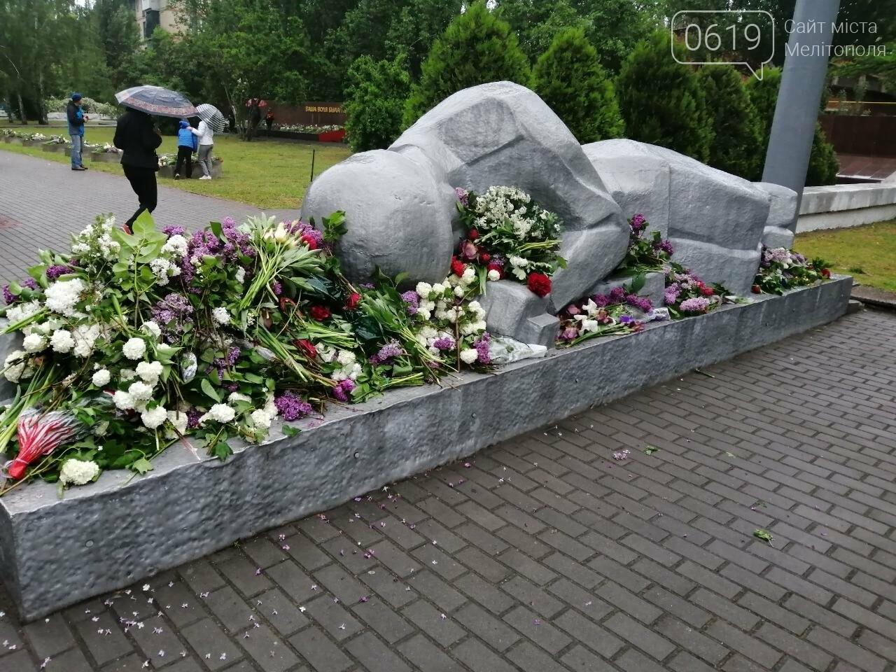 Мелитопольцы возложили цветы на Братском кладбище, фото-5