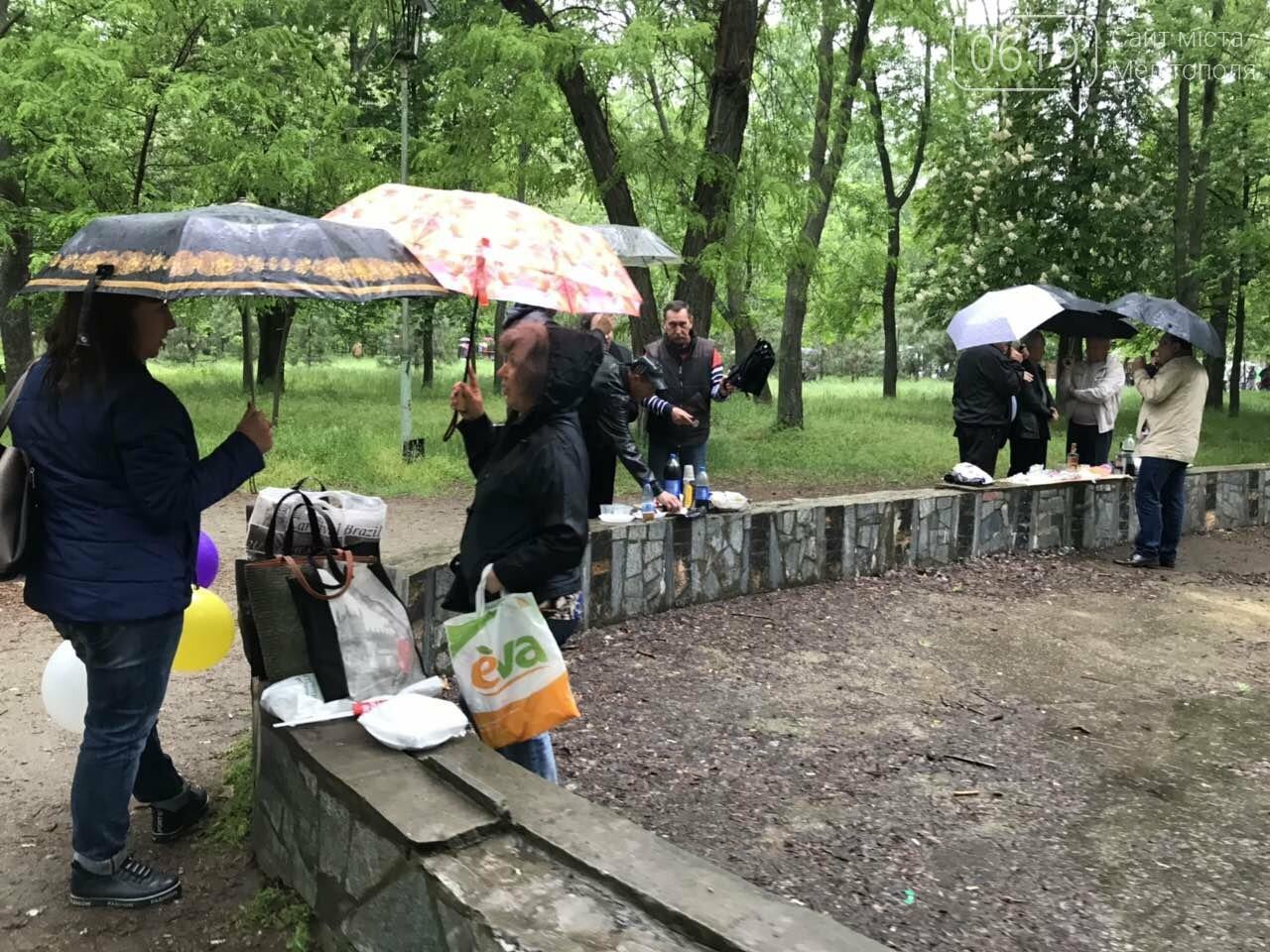 Мелитопольцы продолжают праздновать День Победы в городском парке, фото-6