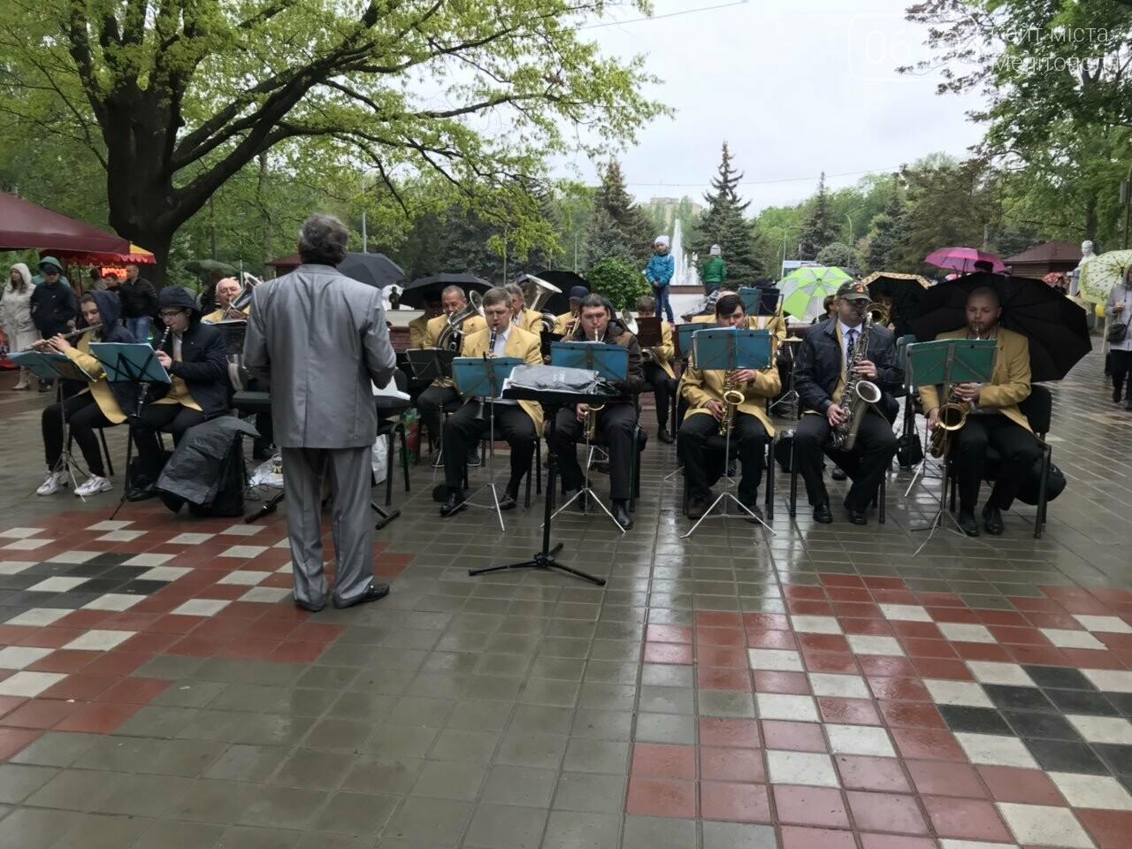 Мелитопольцы продолжают праздновать День Победы в городском парке, фото-1