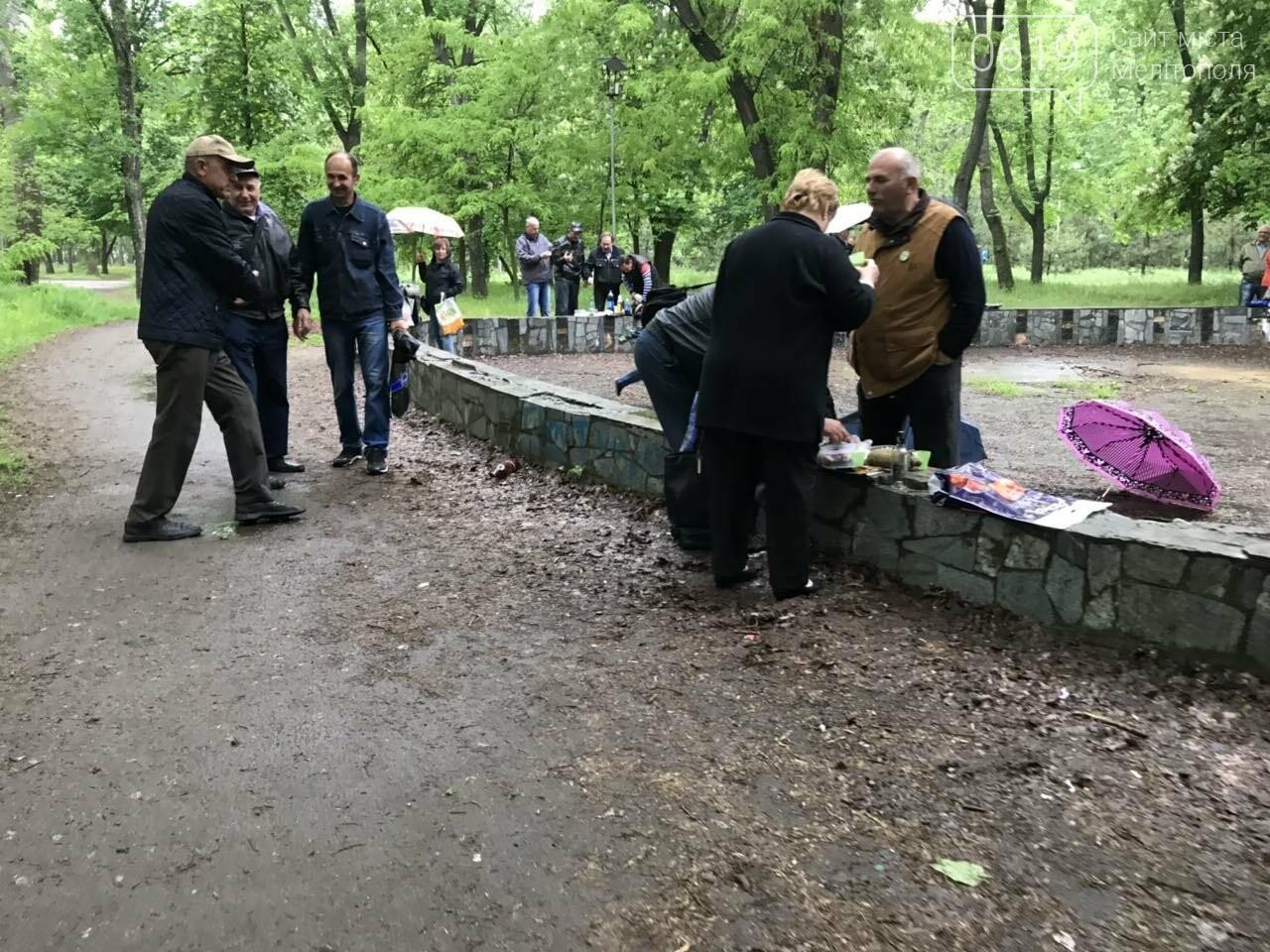 Мелитопольцы продолжают праздновать День Победы в городском парке, фото-7