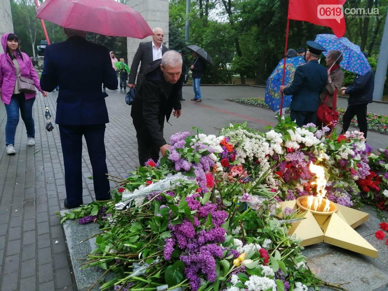 Мелитопольцы возложили цветы на Братском кладбище, фото-2