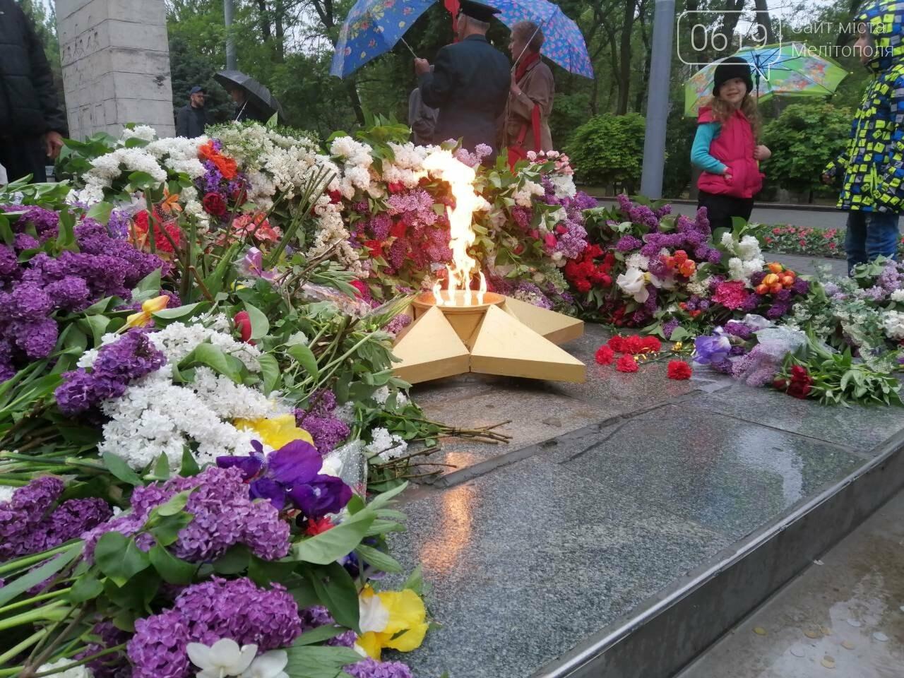 Мелитопольцы возложили цветы на Братском кладбище, фото-1