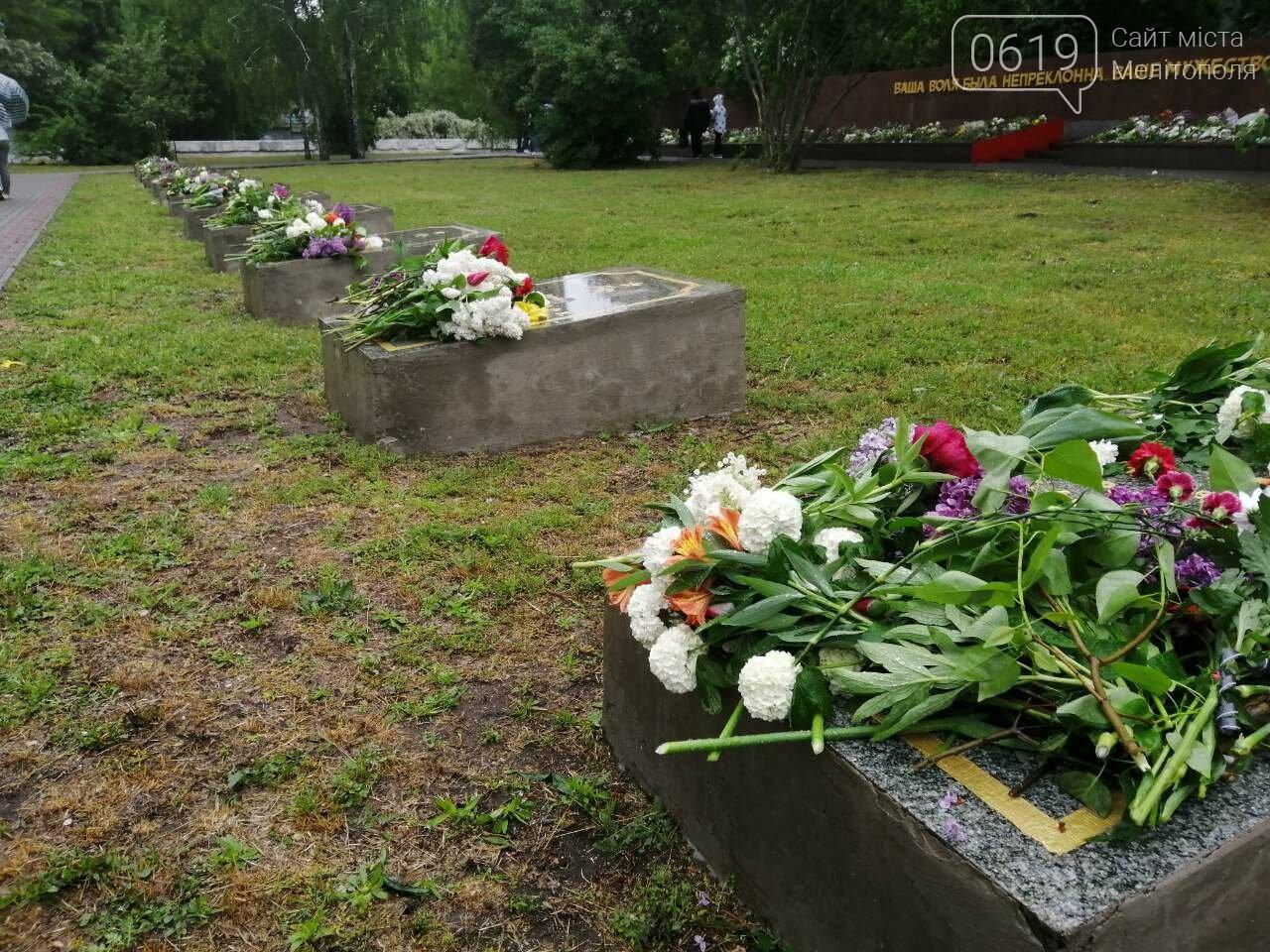 Мелитопольцы возложили цветы на Братском кладбище, фото-7