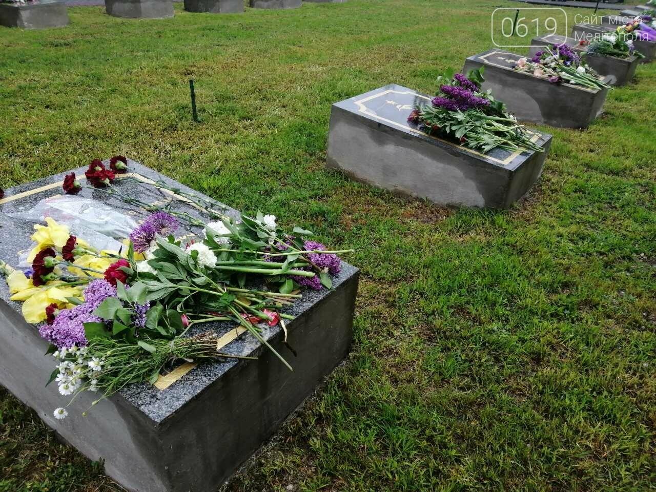 Мелитопольцы возложили цветы на Братском кладбище, фото-8