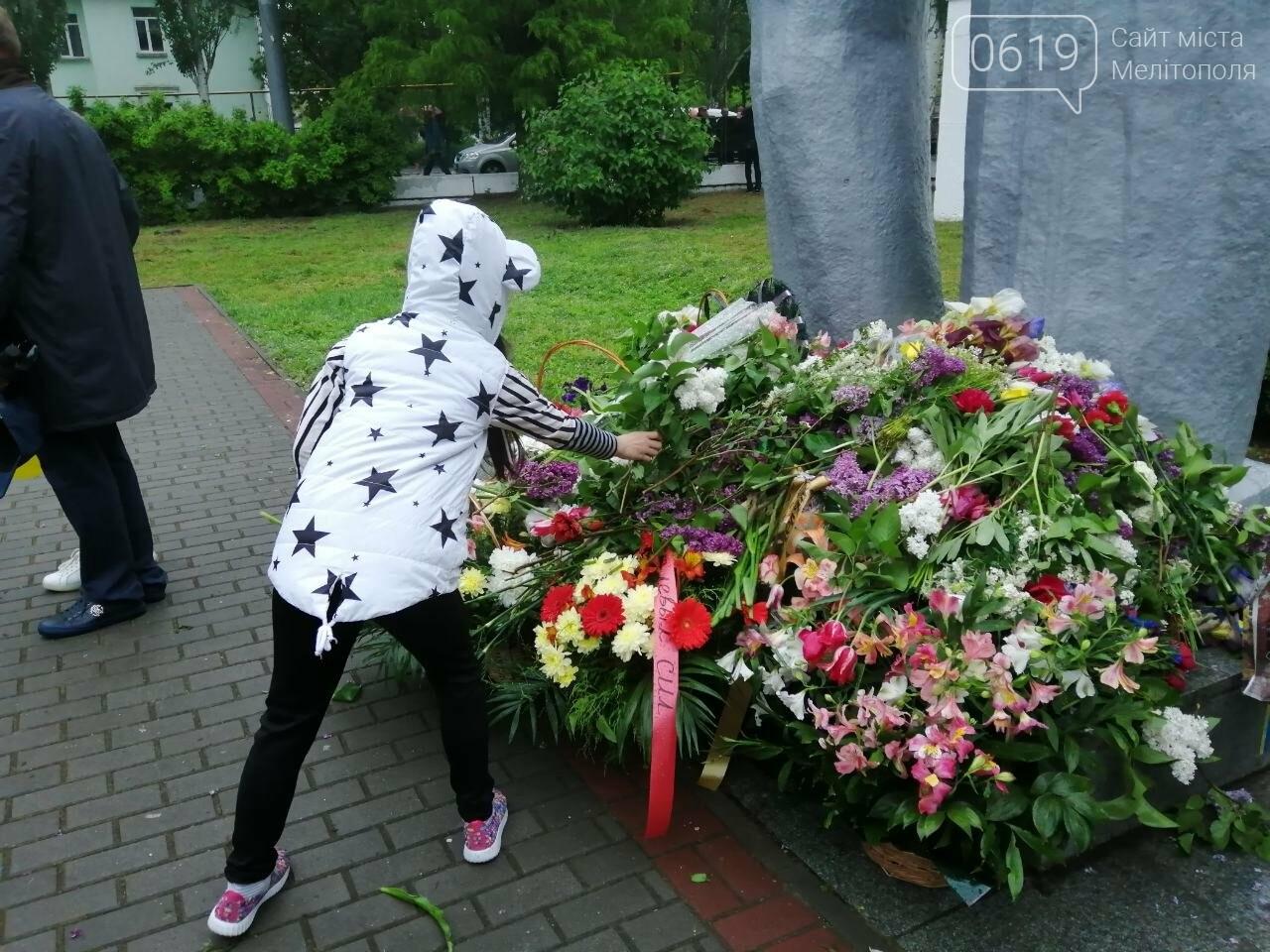 Мелитопольцы возложили цветы на Братском кладбище, фото-4