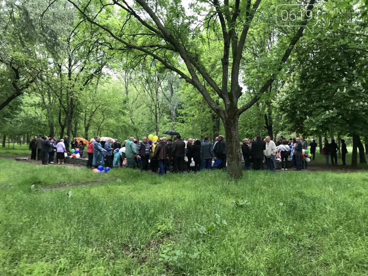 Мелитопольцы продолжают праздновать День Победы в городском парке, фото-5