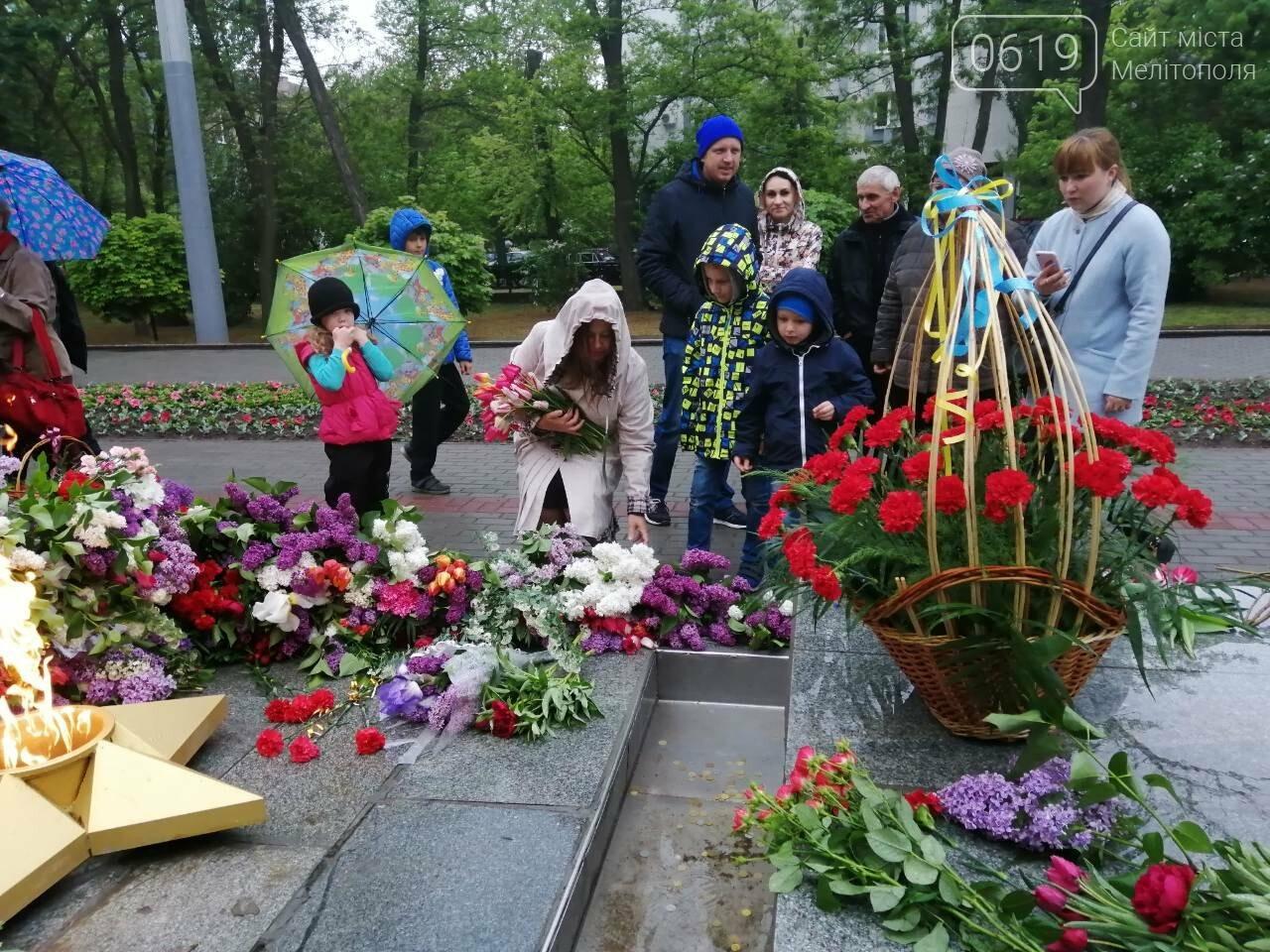 Мелитопольцы возложили цветы на Братском кладбище, фото-3