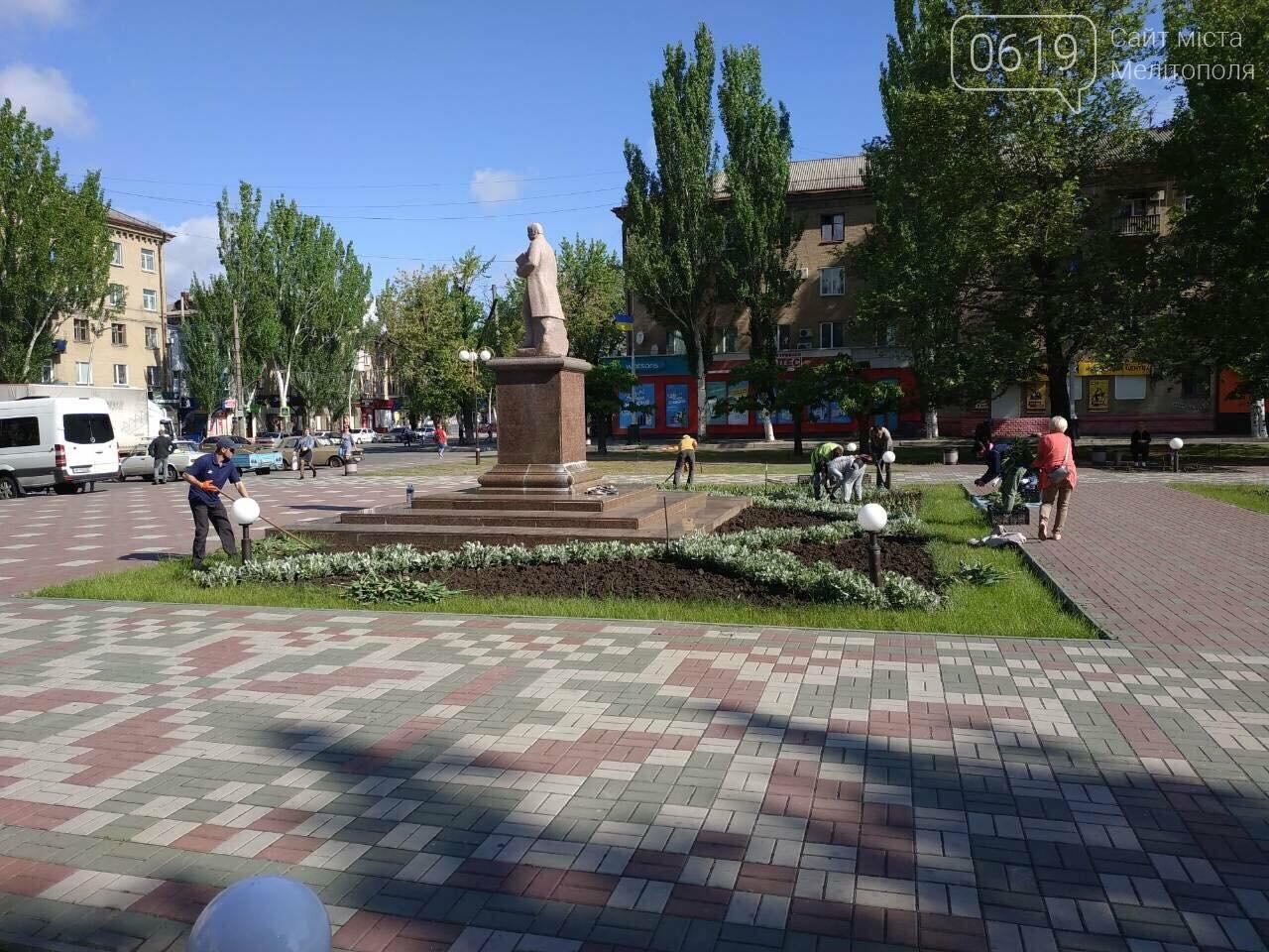 В Мелитополе коммунальщики приводят в порядок площадь Победы , фото-1