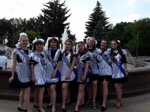 Мелитопольские школьники празднуют последний звонок в парке , фото-4