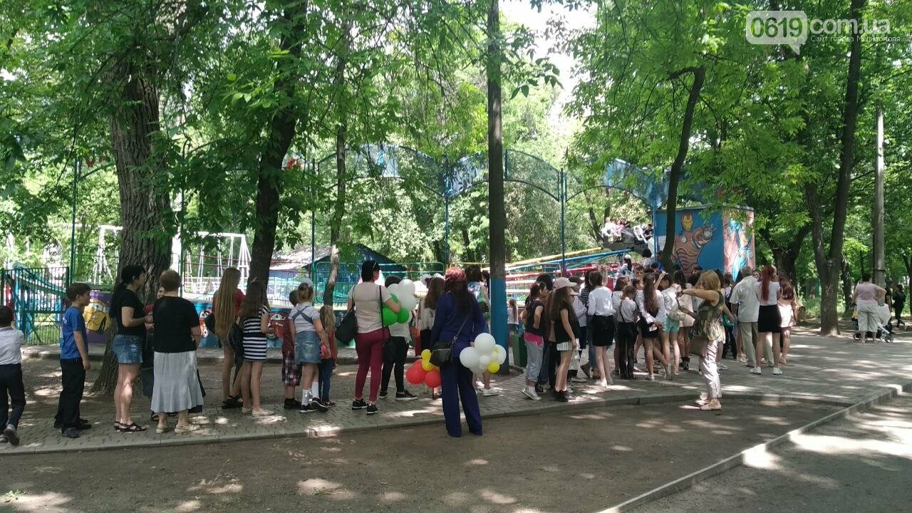 Мелитопольские школьники празднуют последний звонок в парке , фото-2