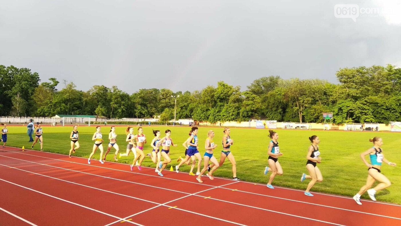 В Мелитополе на чемпионате Украины по бегу спортсменки бежали под радугой, фото-2