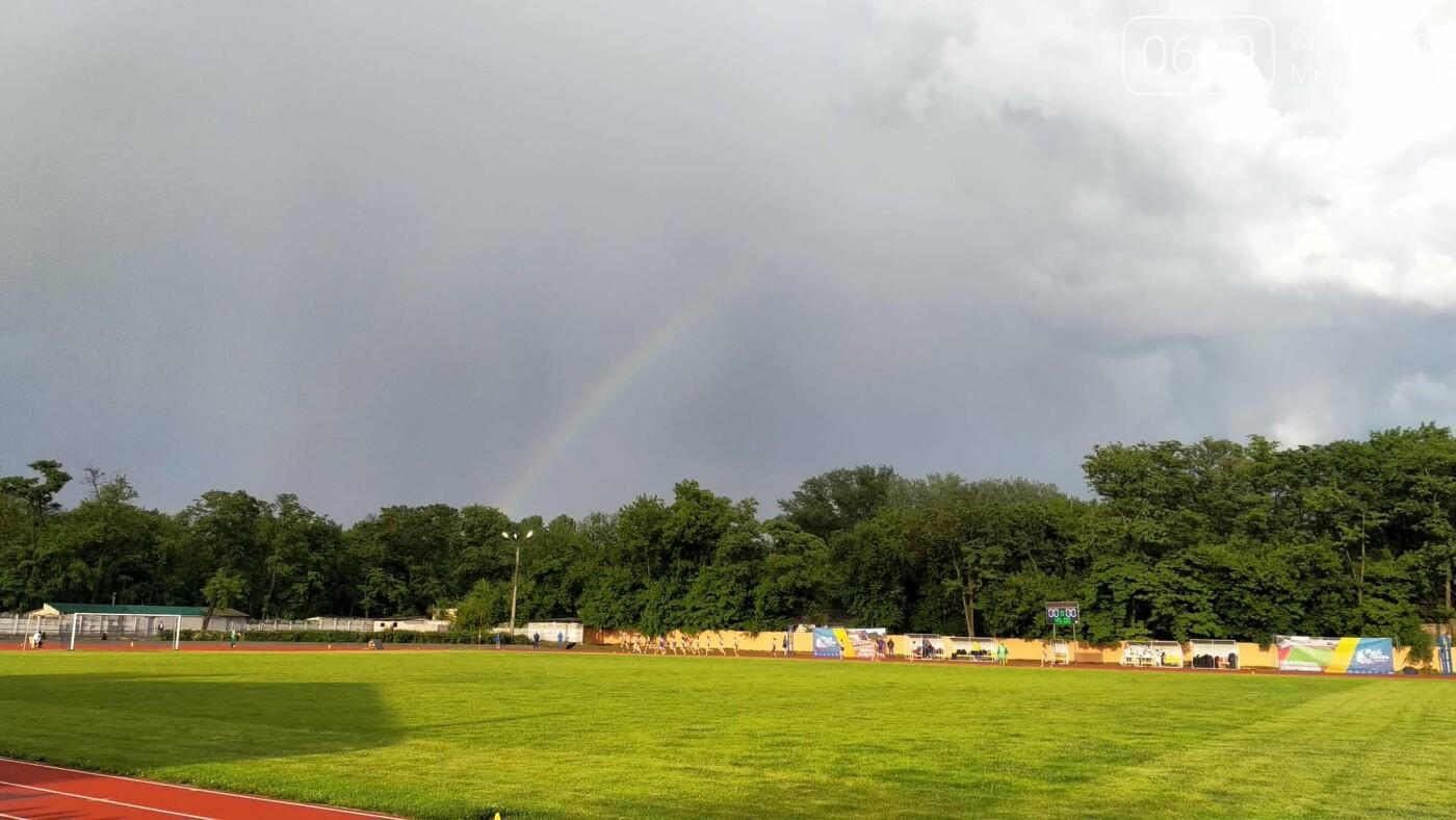 В Мелитополе на чемпионате Украины по бегу спортсменки бежали под радугой, фото-1
