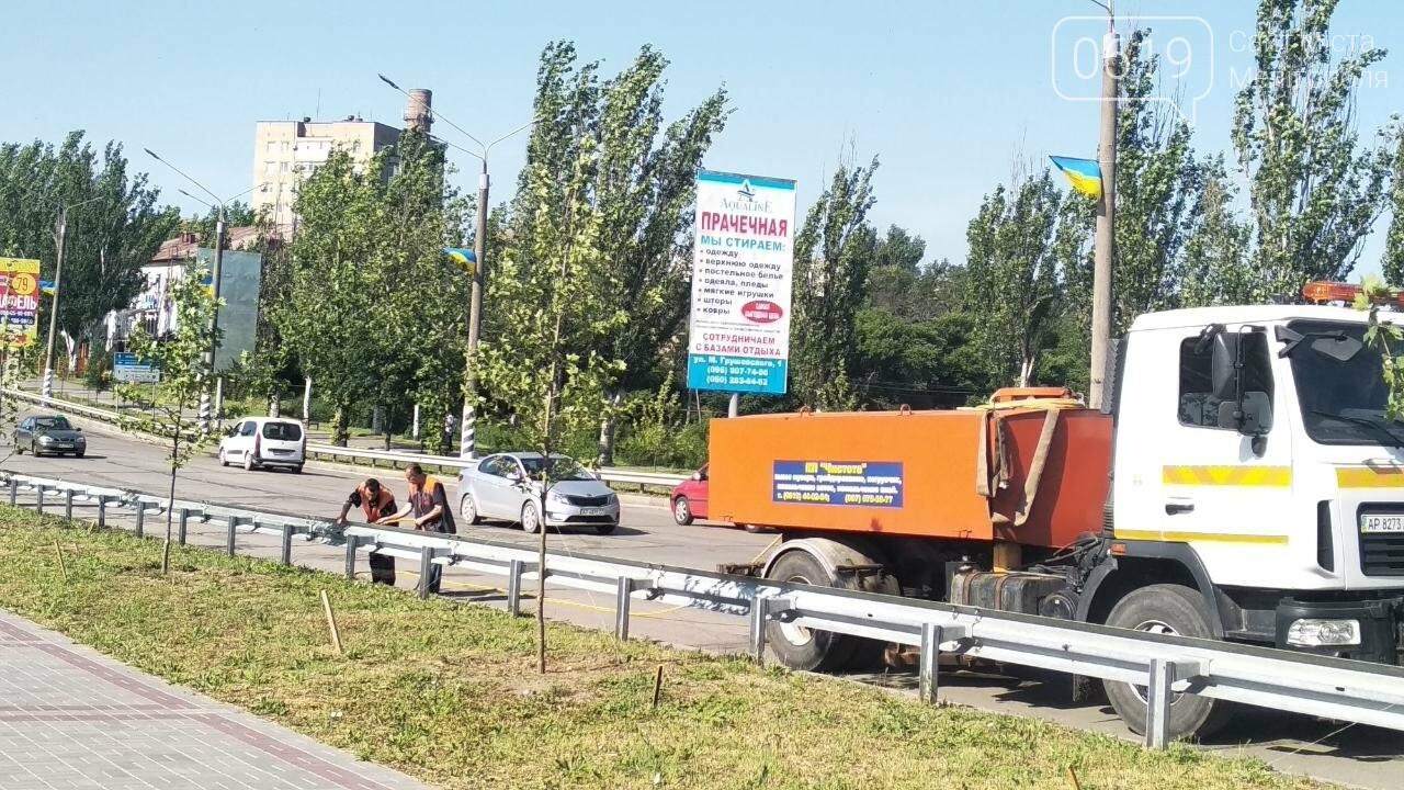 В Мелитополе моют барьерные ограждения вдоль дамбы, фото-1