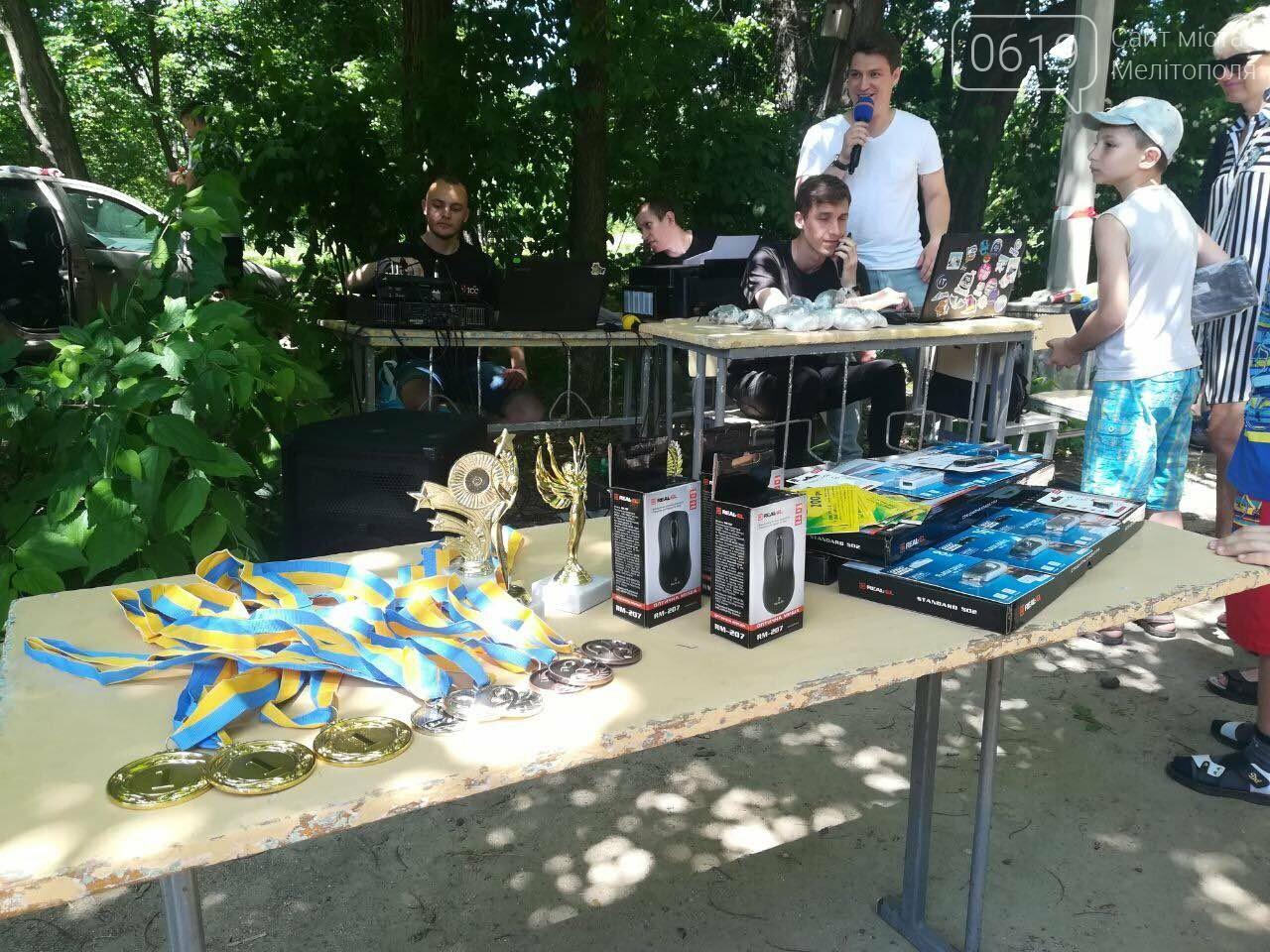 В мелитопольском парке метали клавиатуры и компьютерные мышки, фото-1