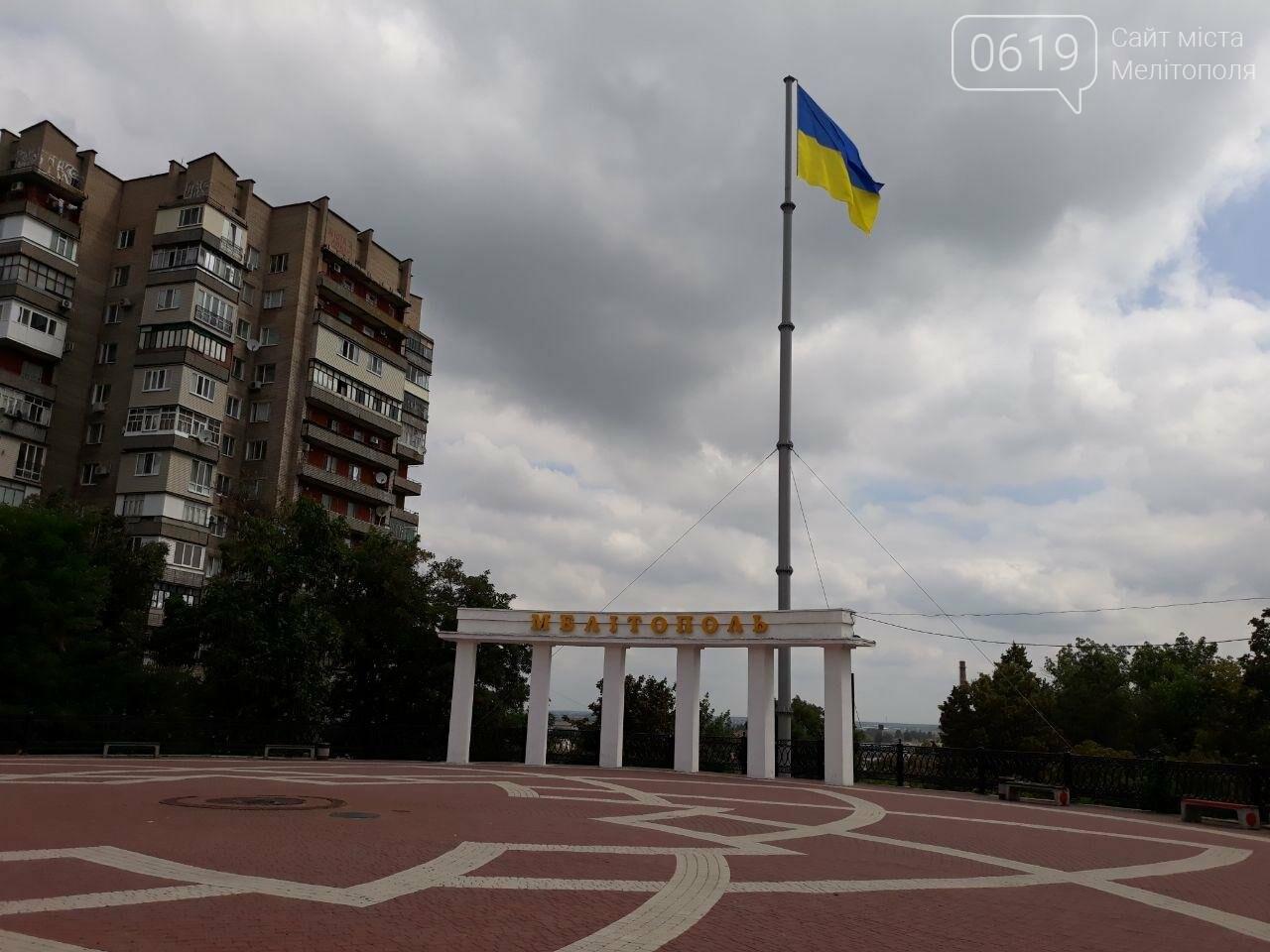 Над центральной площадью Мелитополя развивается флаг Украины, фото-1