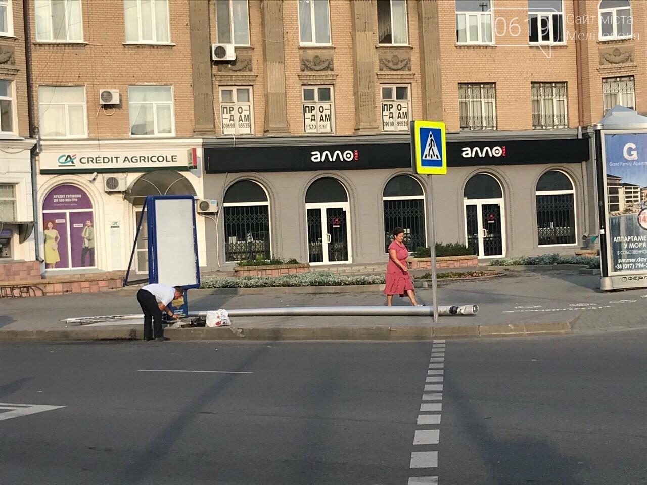 В центре Мелитополя водитель снес электроопору, - ФОТО, фото-1
