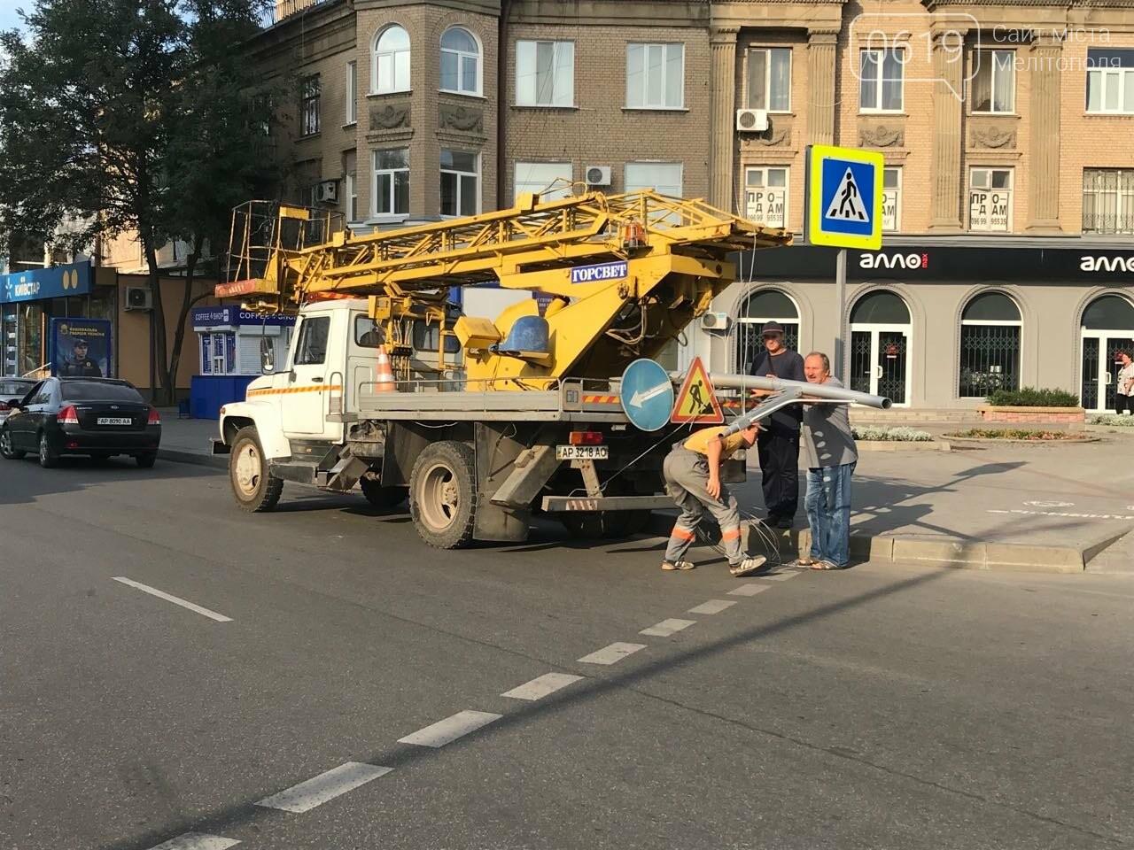 В центре Мелитополя водитель снес электроопору, - ФОТО, фото-3