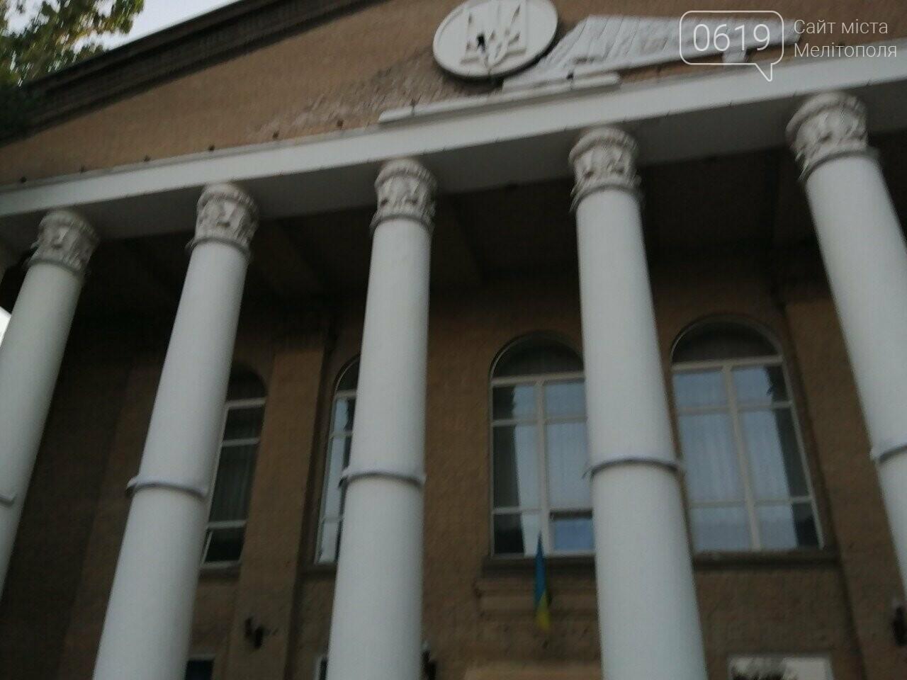 Здание мелитопольского колледжа украшают лепниной, фото-1