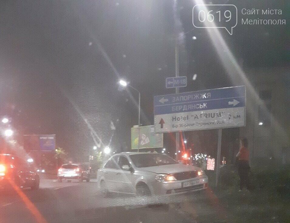 В Мелитополе автомобиль занесло на зеленую зону, - ФОТО, фото-1