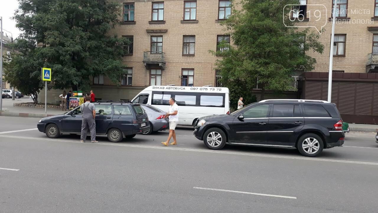 В центре Мелитополя столкнулись два автомобиля, - ФОТО, фото-1