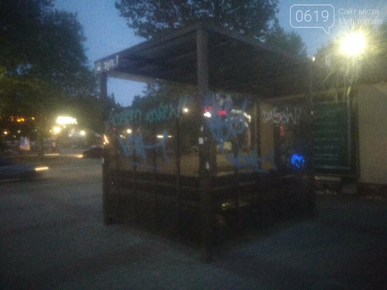 В Мелитополе вандалы обрисовали остановку общественного транспорта , фото-1