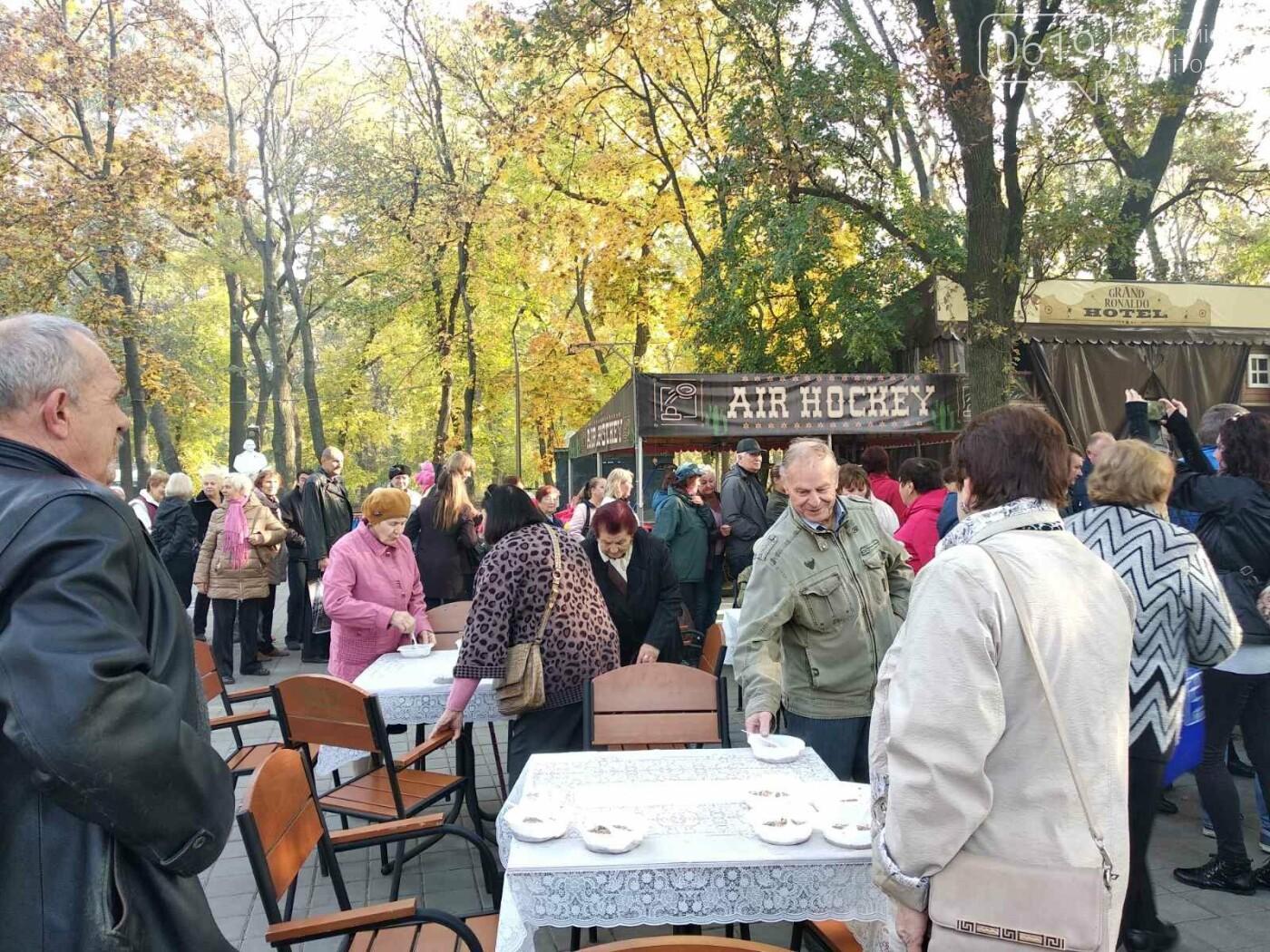 В День освобождения Мелитополя горожан угощали солдатской кашей, - ФОТО, фото-1