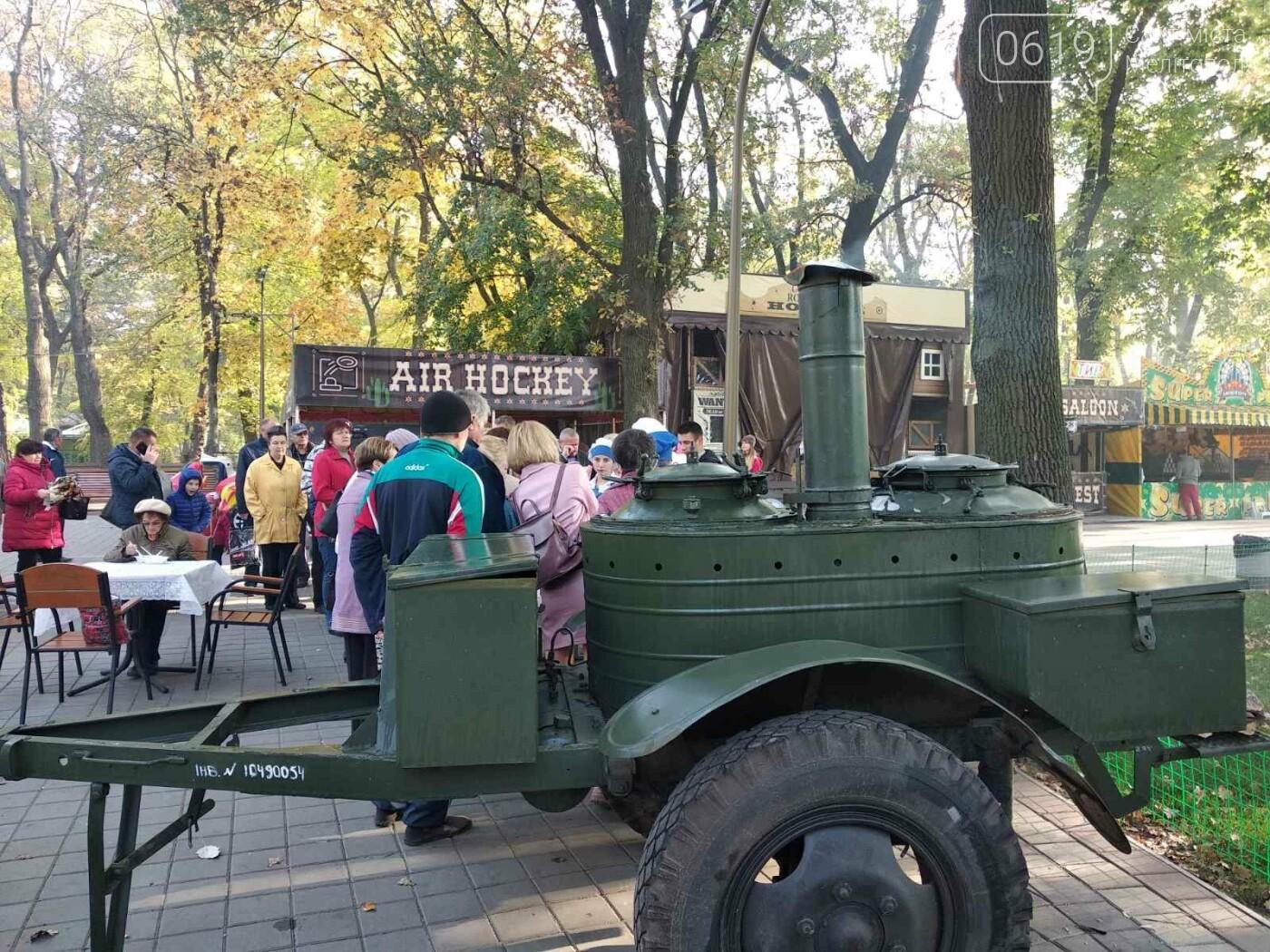 В День освобождения Мелитополя горожан угощали солдатской кашей, - ФОТО, фото-3