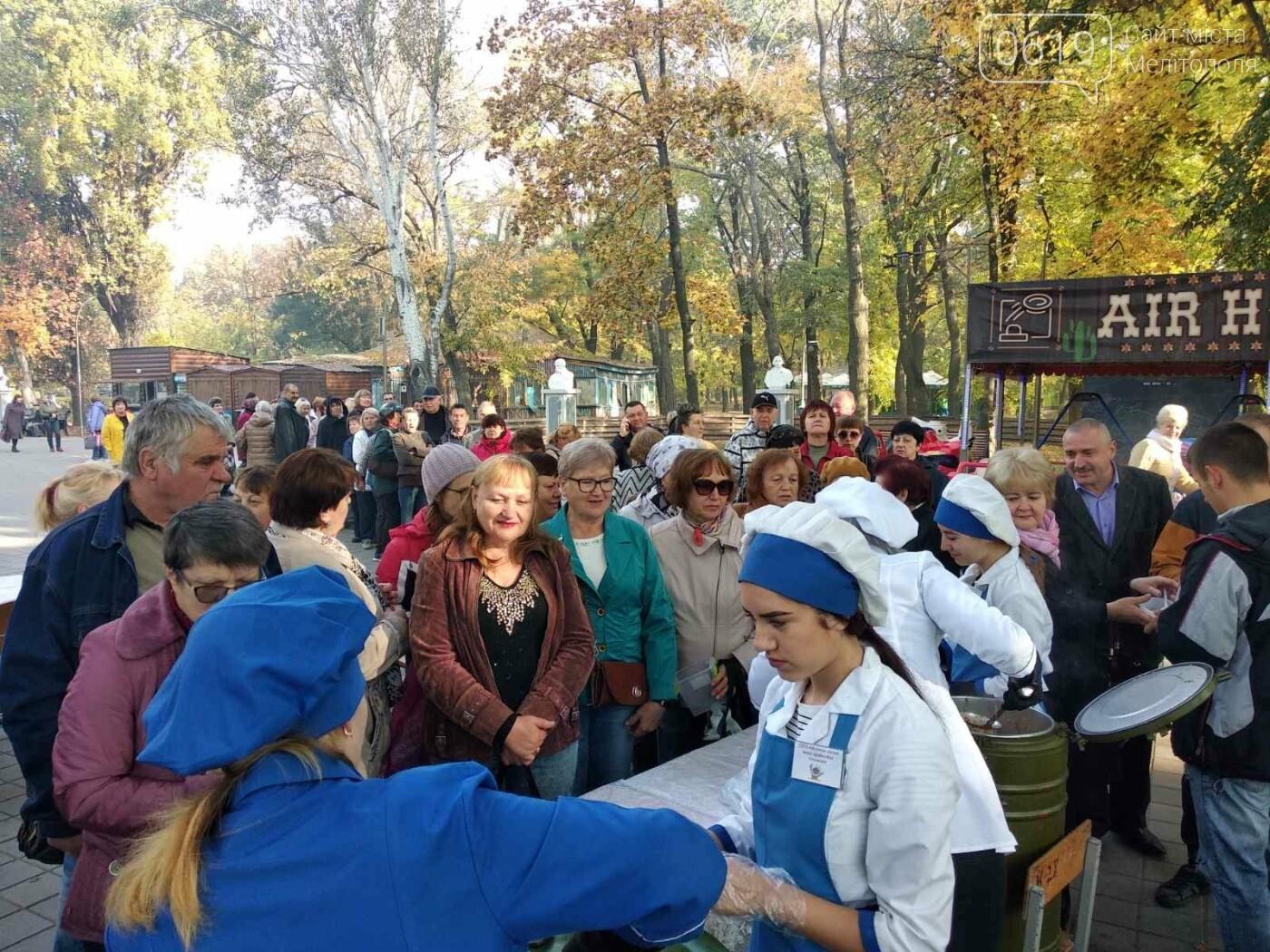 В День освобождения Мелитополя горожан угощали солдатской кашей, - ФОТО, фото-5