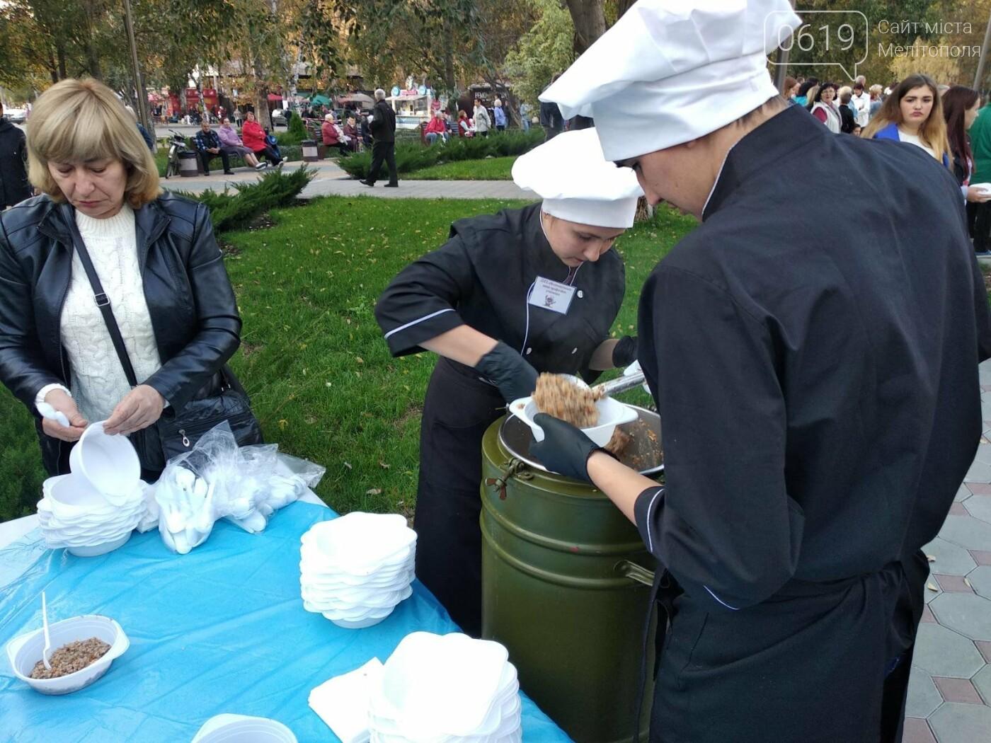 Жители микрорайона отметили День освобождения Мелитополя, - ФОТО , фото-7