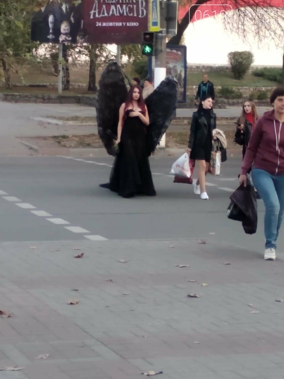 По улицам Мелитополя прошлась Малефисента, - ФОТО, фото-1