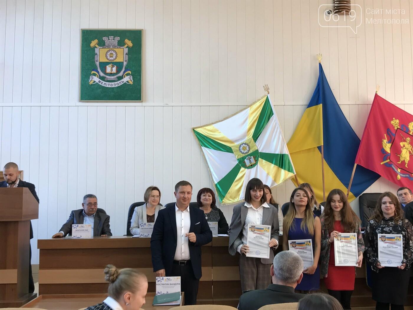 Одаренную молодежь Мелитополя наградили стипендиями мэра, фото-7